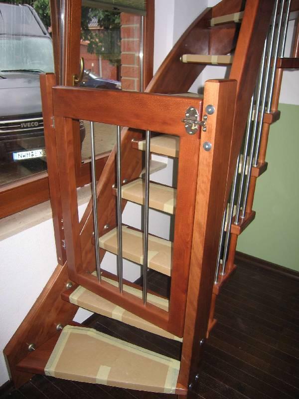 Raumspartreppe als 1/4 gewendelte Systemtreppe mit Wandwange und Kinderschutztürppe aus anderer Perspektive