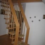 Raumspartreppe als gerade Systemtreppe mittig im Raum über Handläufe abgehängt