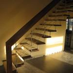 """gerade, auf Nussbaum gebeizte Systemtreppe mit """"Nova""""-Edelstahlkomponenten"""